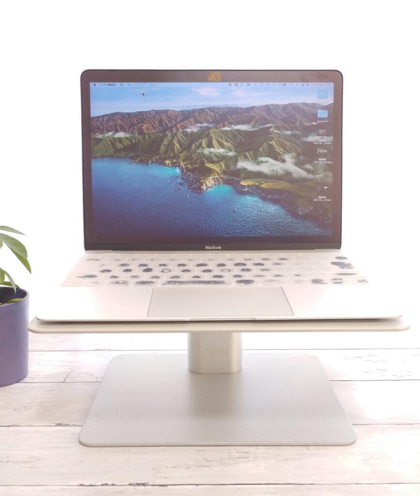 EPN D1モニタースタンドの上にMacBookを乗せてみた